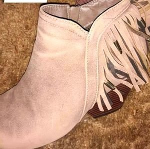 Short cut boots with heel